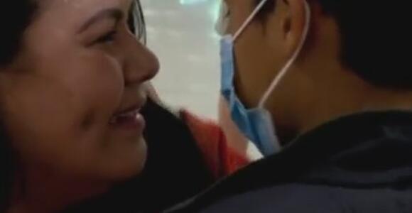 El añorado abrazo de Snyder con su mamá tras cruzar solo la frontera