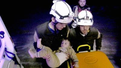 Los 'cascos blancos' de Siria son rescatados de la persecución de su propio gobierno por un país enemigo  (fotos)