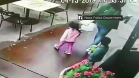 Una madre y sus dos hijos se salvan de milagro de ser impactados por un auto al salir de un restaurante en Napa