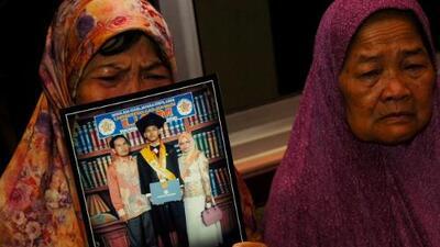 La angustiosa espera de los familiares de pasajeros del vuelo estrellado en Indonesia