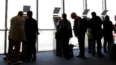Entre la ilusión y la esperanza, pasajeros con vuelos a Venezuela aguardan en Miami para saber si viajarán o no