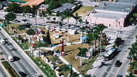 Expectativa por el encendido del árbol de Navidad de Triangle Park en Hialeah, Florida