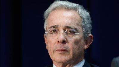 Le lanzan ratones vivos al expresidente de Colombia Álvaro Uribe Vélez