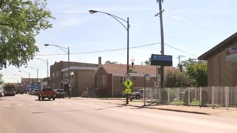 Amenazando con un tubo, un sospechoso realiza dos asaltos en un barrio de Chicago