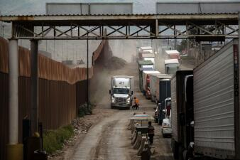 Filas de camiones en la frontera: cómo unos cambios de personal complican el comercio entre EEUU y México (fotos)