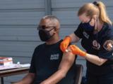 Reportan reducción de casos de coronavirus en el departamento de bomberos del condado de Los Ángeles tras vacunaciones