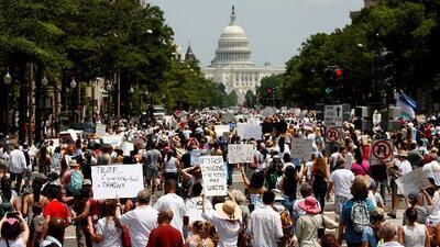 """""""Mantengan a las familias unidas"""": protestan en más 700 ciudades del país contra la política migratoria de Trump"""