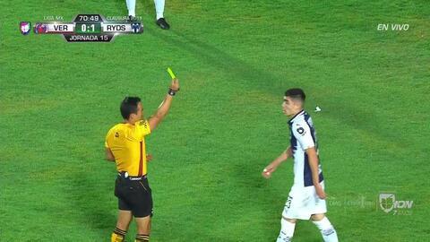 Tarjeta amarilla. El árbitro amonesta a Johan Vásquez de Monterrey