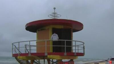 """Investigan el incendio """"sospechoso"""" de una caseta de salvavidas en Miami Beach"""