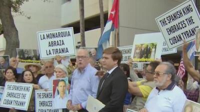 Miembros del exilio cubano protestan en Miami por la visita de los reyes de España a la isla