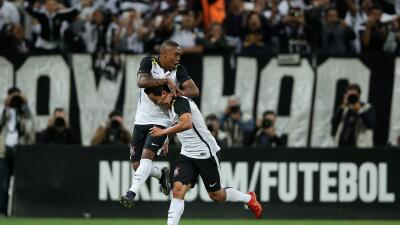 Corinthians vence a Coritiba y podría coronarse campeón de Brasil el domingo