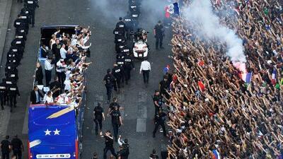El campeón Francia desfiló por Paris en un multitudinario carnaval