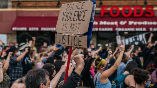 Crece la tensión en varias ciudades ante las protestas contra la brutalidad policiaca