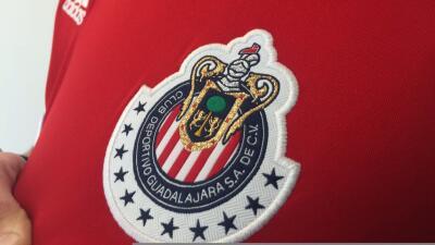 Jugadores de Chivas presumen nuevo uniforme de visitante en redes sociales