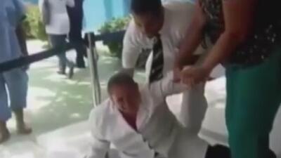 En video: Entre gritos y empujones arrestan a dos médicos que protestan por la crisis en Venezuela