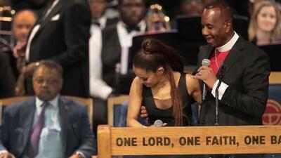 Acusan al obispo del funeral de Aretha Franklin de tocar inapropiadamente a Ariana Grande