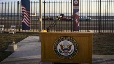 Ninoska habla con la congresista Ileana Ros-Lehtinen sobre la embajada estadounidense en Cuba.