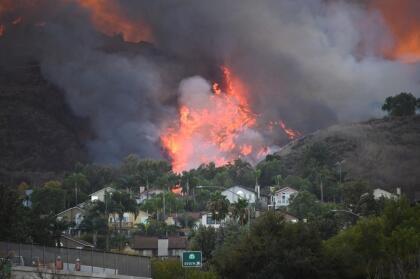 Las fuertes ráfagas continuaron este martes con ráfagas de viento de hasta 50 millas por hora que empujaron el fuego hacia Chino Hills, donde varias casas resultaron total o parcialmente dañadas.