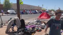 Autoridades y activistas se unen para vacunar a personas indigentes en el centro de Phoenix