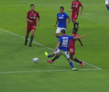 Piojo Alvarado a nada del segundo gol del Cruz Azul