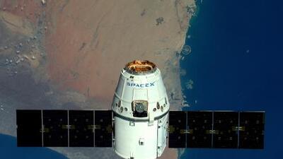 Una cápsula de SpaceX llega a la Estación Espacial Internacional con computadoras, telescopios, 20 ratones y helados