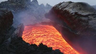 En video: Un río de lava se derrama desde el volcán más activo de Europa