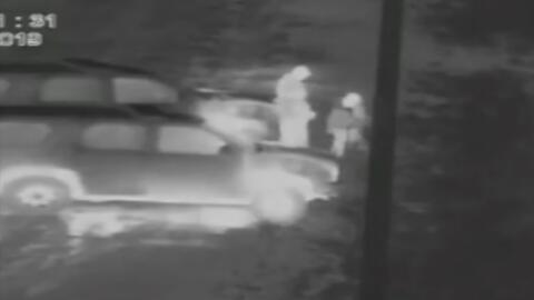 En video: Un coyote lanza a dos niñas por la valla fronteriza para distraer a las autoridades