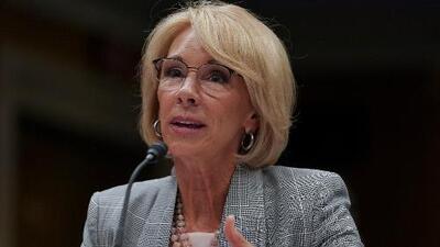 Betsy DeVos da marcha atrás en su sugerencia de que las escuelas denuncien a estudiantes indocumentados