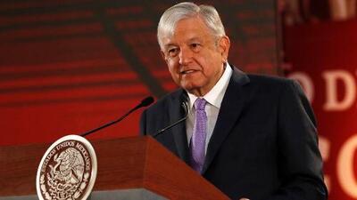Andrés Manuel López Obrador firma compromiso de no reelección