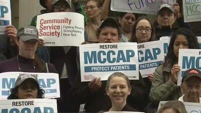 Con una protesta, decenas de personas exigen que se restaure el programa de asistencia para deudas médicas en Nueva York