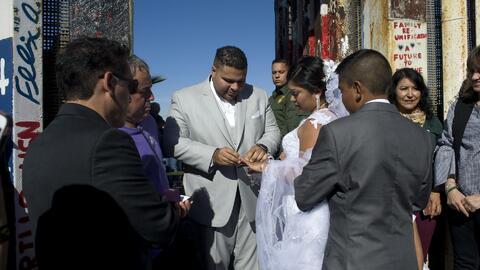 Un estadounidense y una mexicana se casan en la puerta de una valla fronteriza entre México y EEUU