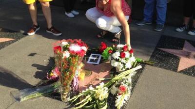 Música, flores y lágrimas, así recordaron a Juan Gabriel sus fanáticos en el Paseo de la Fama de Hollywood