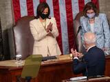 Una foto para la historia: las dos mujeres más poderosas de EEUU, Harris y Pelosi, flanqueando a Biden en el Congreso