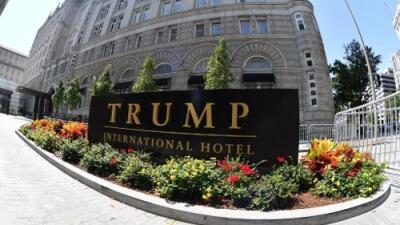 Juez rechaza solicitud de Trump para detener una demanda por violar la Constitución al hacer negocios con gobiernos extranjeros
