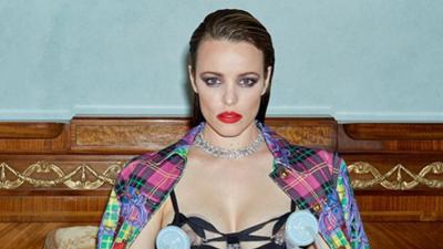 Con diamantes y Versace, la actriz Rachel McAdams usa un sacaleches en plena sesión de fotos