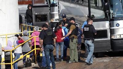 Separación familiar y pérdidas económicas: los efectos de la redada en Mississippi en la que arrestaron a 680 inmigrantes