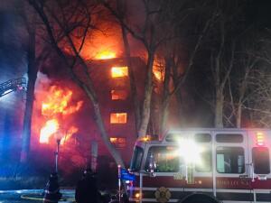 Estas son las llamas del incendio en Fort Lee, Nueva Jersey, que dejaron heridos a tres bomberos