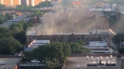 Más de 100 bomberos tratan de apagar incendio en un edificio en Soundview