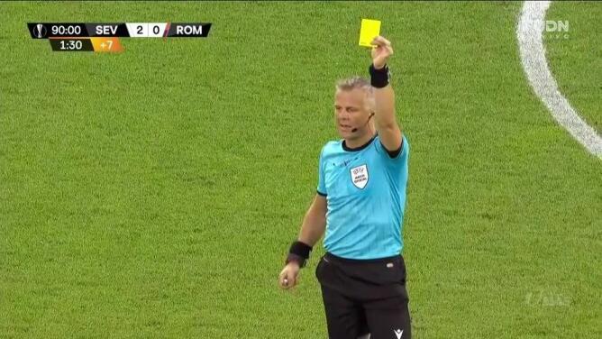 Tarjeta amarilla. El árbitro amonesta a Joan Jordán de Sevilla