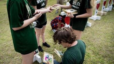 Planean recaudar fondos para las familias de las víctimas del tiroteo de la secundaria Santa Fe