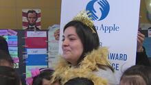 Maestra de segundo grado en La Villita recibió el Premio a la Excelencia de Golden Apple