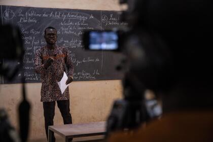 <b>Aulas transformadas en estudios de TV</b>. Wendlamita Marino Compaoré, profesor de filosofía en una escuela de Burkina Faso, graba en video una clase que será transmitida a sus alumnos a través de la televisión pública. Desde finales de febrero y con poco tiempo para prepararse, miles de maestros tuvieron que cambiarse a clases virtuales en todo el mundo. 30 de marzo.
