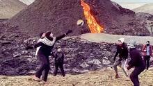 ¡Insólito! Juegan voleibol al lado de un volcán... en erupción