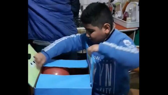 Video viral: el tierno momento en que un niño se emociona con sus sencillos regalos de cumpleaños