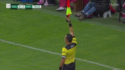 Chivas gritó gol, pero el árbitro invalidó la acción