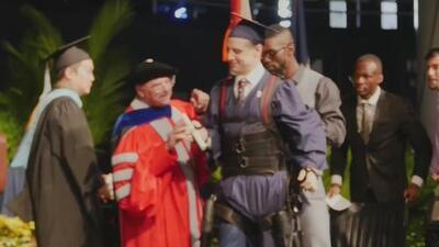 Estudiante venezolano que quedó tetrapléjico vuelve a caminar el día de su graduación