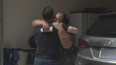 Emotivo reencuentro de periodista de Univision 45 con sus padres que vivieron en carne propia los estragos de María en Puerto Rico