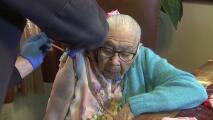 """""""Quiero vivir más días"""": una mujer de 106 años se vacuna contra el covid-19"""