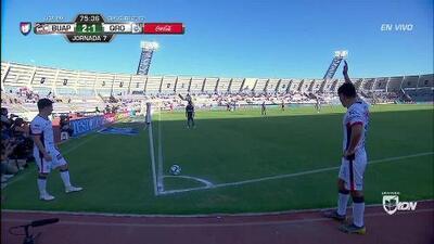 Ricardo Peña despeja el balón y aleja el peligro