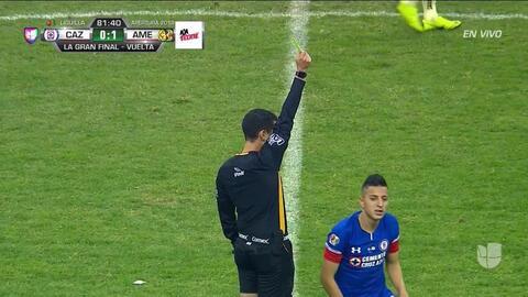Tarjeta amarilla. El árbitro amonesta a Roberto Alvarado de Cruz Azul